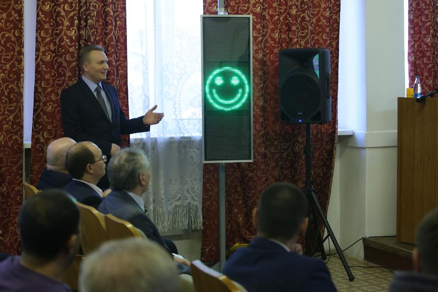 Светофор сосмайлами разработали инженеры для новосибирских пробок