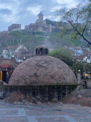 Серная баня и вид на крепость Нарикала