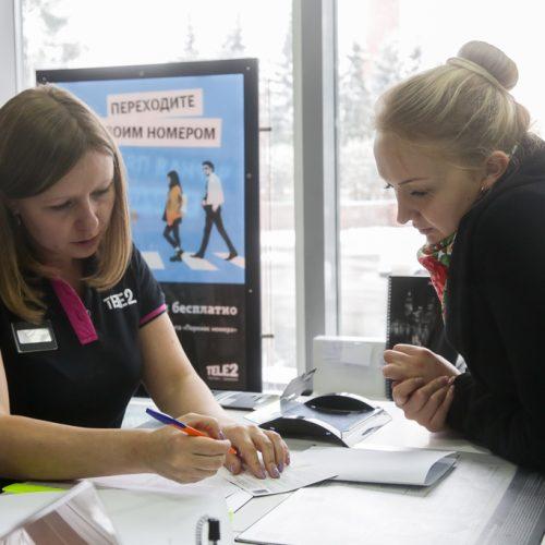 Tele2 фиксирует спрос на услугу «Корпоративная АТС» в связи с началом действия новых правил работы аварийно-диспетчерских служб управляющих компаний. За год количество подключений услуги выросло на 63%. Наибольший рост зафиксирован в Новосибирске, Омске и Томске, сообщили в пресс-службе компании. С 1 марта 2019 года аварийно-диспетчерские службы могут выбирать, как им регистрировать заявки на вызовы – в журнале заявок или в электронном виде. Теперь в обоих случаях необходимо использовать запись телефонного разговора, которая стала основанием выезда к месту происшествия. Для большинства УК решением стала услуга облачной телефонии. За год количество новых клиентов, подключивших сервис «Корпоративная АТС» в Сибири, увеличилось более чем на 60%, что позитивно отразилось на выручке от облачного сервиса. Самыми активными пользователями виртуальной АТС стали бизнес-абоненты из Красноярска, Новосибирска, Омска и Барнаула, где количество новых клиентов выросло на 155%, 168%, 148% и 200% соответственно. «Корпоративная АТС» позволяет организовать колл-центр в своем смартфоне без покупки дополнительного оборудования. Основные преимущества облачной услуги – переадресация звонков и неограниченное количество одновременно принимаемых вызовов. Платформа также позволяет записать голосовое меню, проанализировать входящий трафик и организовать переадресацию вызовов внутри компании по коротким номерам. — Виртуальная АТС не требует какого-либо дополнительного оборудования, позволяя при этом пользоваться всеми нужными клиентам опциями: перераспределять звонки на один номер между несколькими людьми, быстро переключать вызовы между сотрудниками, записывать и прослушивать звонки. Мы разрабатывали и совершенствовали услугу, опираясь на потребности компаний, работающих на массовом рынке – от служб такси до медицинских центров, от спортивных клубов до управляющих компаний в сфере ЖКХ, — руководитель департамента по развитию корпоративного бизнеса макрорегиона «Сибирь» Tele2 Светлана Мороз. Фото
