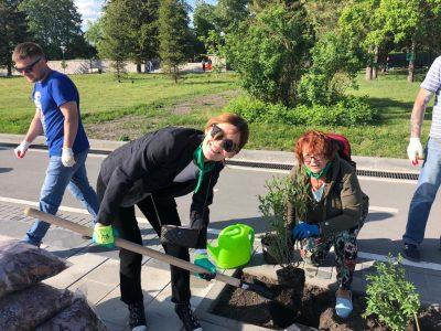 Новосибирские врачи высадили деревья на Михайловской набережной