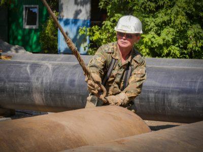 Больше 100 метров большой «умной» трубы укладывают энергетики в Дзержинском районе города