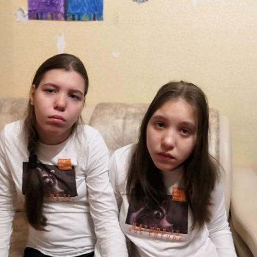 Сестрам-близнецам с ДЦП нужны ортопедические аппараты