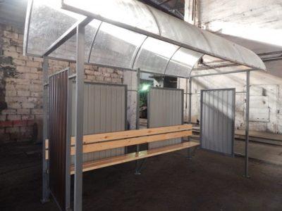 Свердловская колония поставила в Новосибирск 13 остановочных комплексов