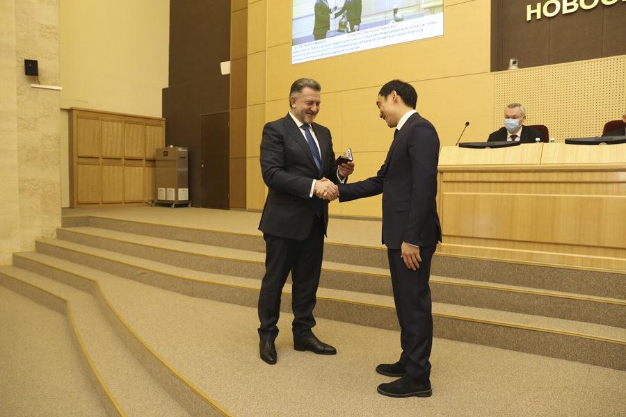 Новый депутат-«пенсионер» получил мандат Заксобрания
