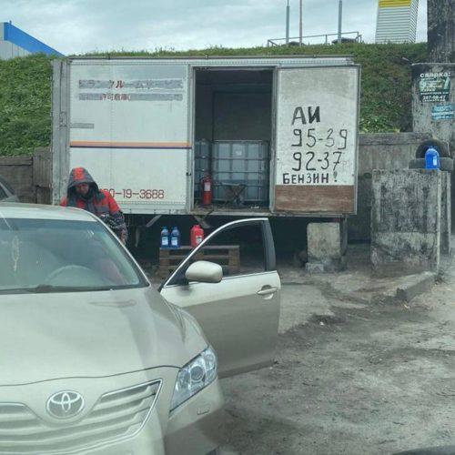 Новосибирск заполонили нелегальные торговцы бензином Аи-95